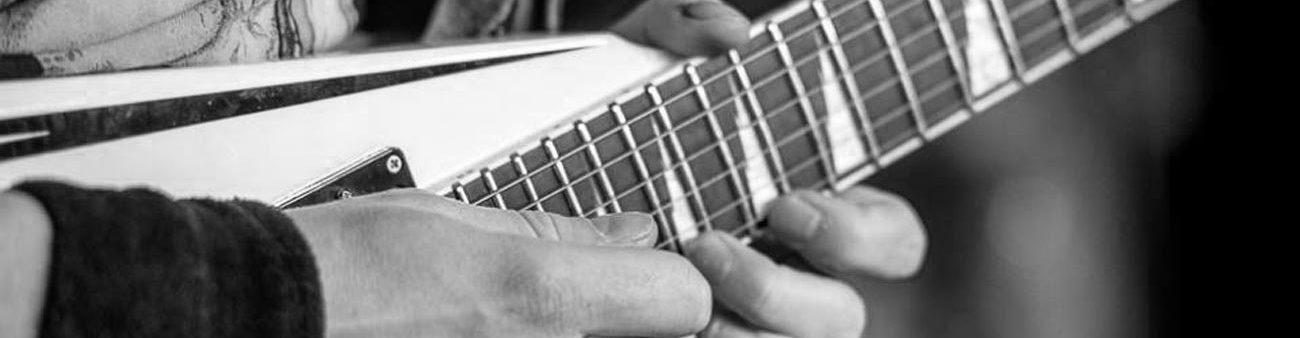 Nahaufnahme des Spiels von Reverend Hound-Gitarrist Thomas