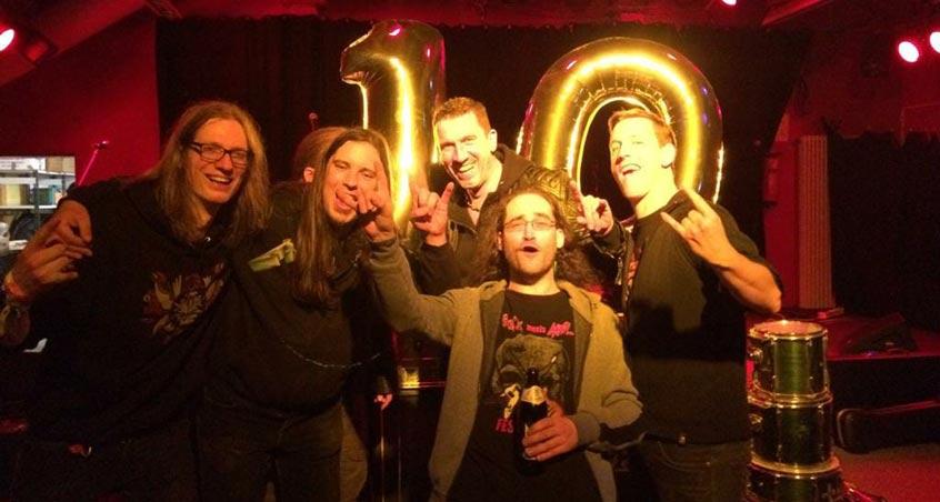 Die Heavy Metal-Band Reverend Hound posiert für ihr 10-jähriges Jubiläum